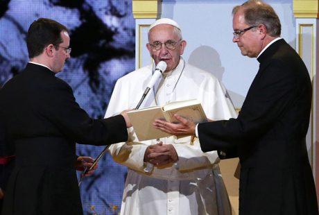 O Πάπας Φραγκίσκος με Audio-Technica