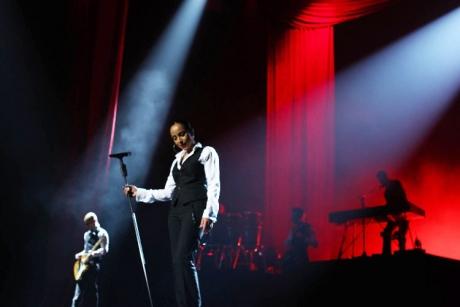 H Sade και η μπάντα της περιοδεύουν ανά τον κόσμο με full set μικροφώνων της Sennheiser...