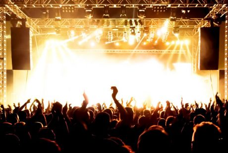 Tη μείωση του ΦΠΑ στις συναυλίες από το 24% στο 6%, προανήγγειλε η υφυπουργός Οικονομικών Κατερίνα Παπανάτσιου στη Βουλή…