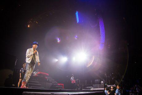Ο Pharrell Williams με full Adamson rig στην O2 Arena